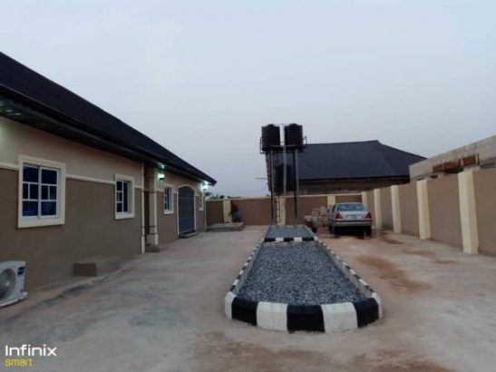 3Bedroom and 2 Bedroom Seating on 80 by 100 Land Size FOR SALE @ Benin ( Call or Whatsapp )